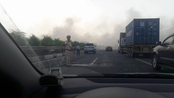 Khói mù mịt, nhiều xe tông nhau trên cao tốc TP.HCM - Long Thành - Ảnh 6.