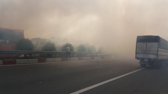 Khói mù mịt, nhiều xe tông nhau trên cao tốc TP.HCM - Long Thành - Ảnh 18.
