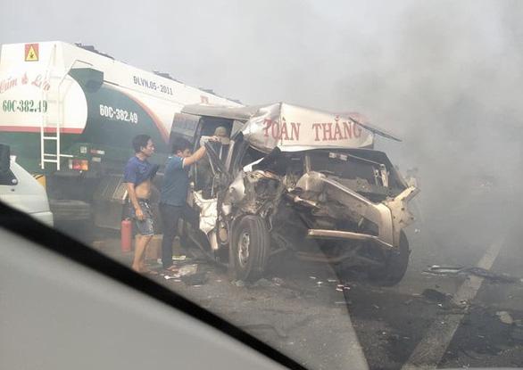 Khói mù mịt, nhiều xe tông nhau trên cao tốc TP.HCM - Long Thành - Ảnh 4.