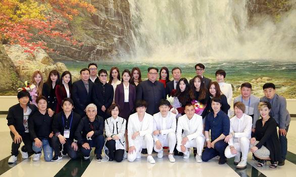 Ông Kim Jong Un vỗ tay theo K-pop: xuân về với Triều Tiên? - Ảnh 1.