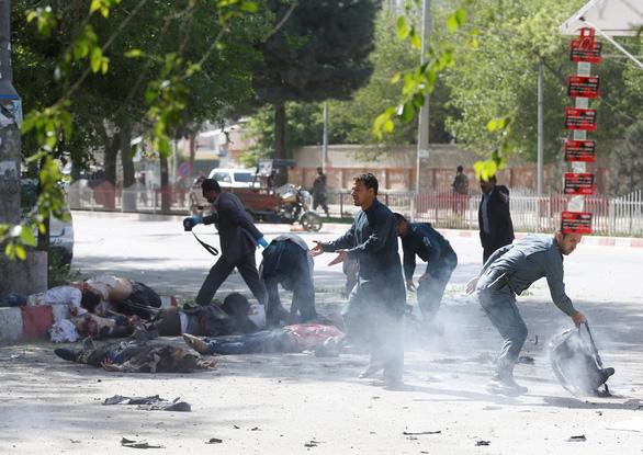 Đánh bom kép ở Kabul, 21 người chết, trong đó có 4 nhà báo - Ảnh 1.