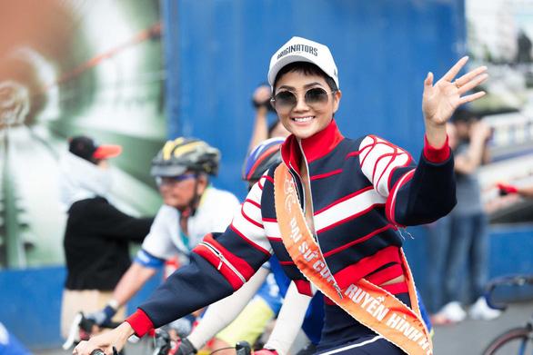 HHen Niê đạp xe đón đoàn đua cúp truyền hình ngày 30-4 - Ảnh 1.