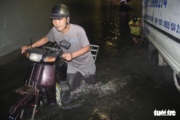Hầm chui Đà Nẵng thành sông sau cơn mưa đêm - Ảnh 1.