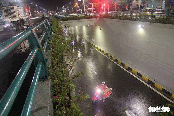 Hầm chui Đà Nẵng thành sông sau cơn mưa đêm - Ảnh 8.