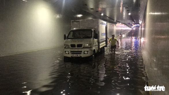 Hầm chui Đà Nẵng thành sông sau cơn mưa đêm - Ảnh 7.