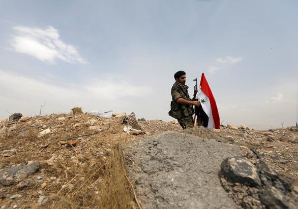Syria tố hàng loạt căn cứ quân sự bị tên lửa 'kẻ thù' tấn công - Ảnh 1.