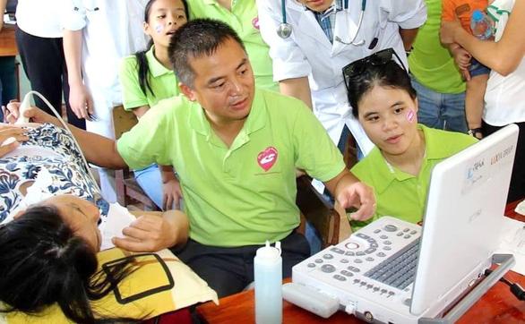 Bác sĩ Nguyễn Lân Hiếu và áp lực con ông này, cháu ông nọ - Ảnh 1.