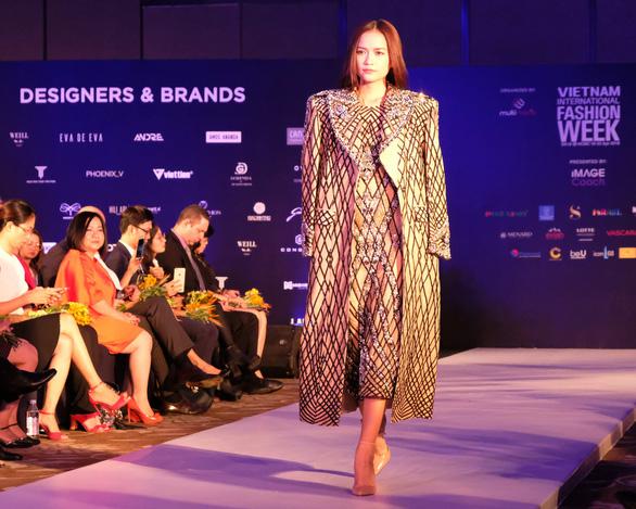 30 nhà thiết kế, 400 người mẫu tham gia Tuần lễ thời trang quốc tế  - Ảnh 3.