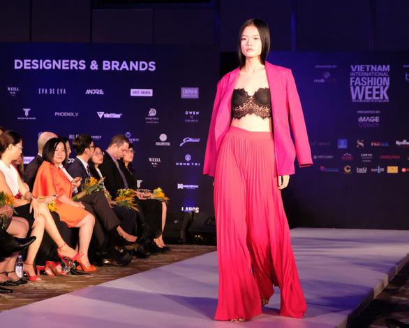 30 nhà thiết kế, 400 người mẫu tham gia Tuần lễ thời trang quốc tế  - Ảnh 4.