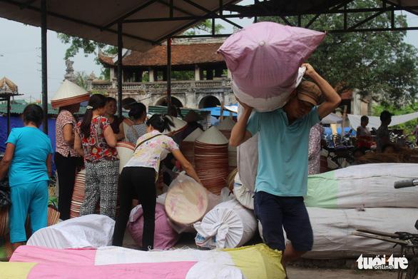 Phiên chợ nón làng Chuông bán chạy khắp nơi, mua ngồi 1 chỗ - Ảnh 9.