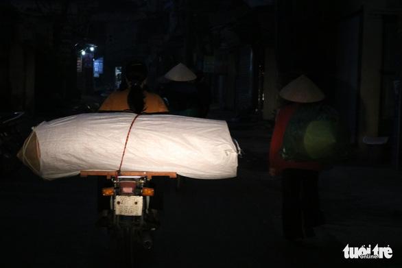 Phiên chợ nón làng Chuông bán chạy khắp nơi, mua ngồi 1 chỗ - Ảnh 2.