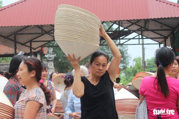 Phiên chợ nón làng Chuông bán chạy khắp nơi, mua ngồi 1 chỗ - Ảnh 4.