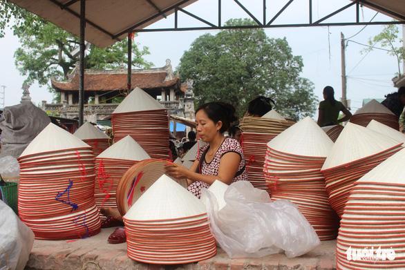 Phiên chợ nón làng Chuông bán chạy khắp nơi, mua ngồi 1 chỗ - Ảnh 6.