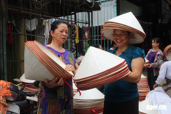 Phiên chợ nón làng Chuông bán chạy khắp nơi, mua ngồi 1 chỗ - Ảnh 5.