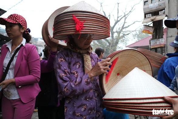 Phiên chợ nón làng Chuông bán chạy khắp nơi, mua ngồi 1 chỗ - Ảnh 7.