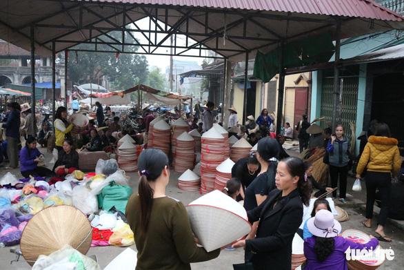 Phiên chợ nón làng Chuông bán chạy khắp nơi, mua ngồi 1 chỗ - Ảnh 1.