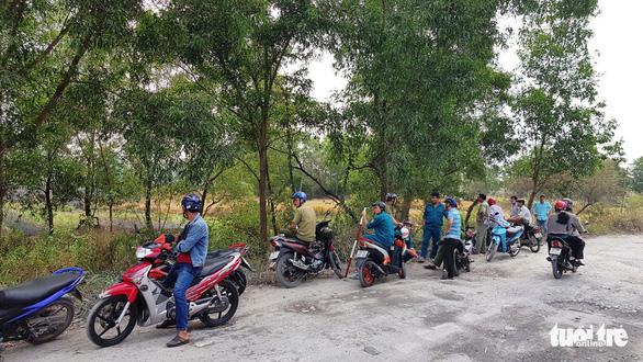 Cả trăm người bao vây, đốt bãi lau sậy tìm nghi can cướp xe máy - Ảnh 3.