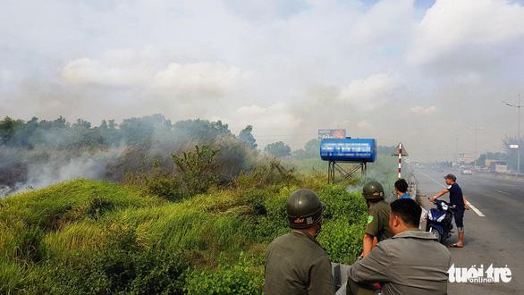 Cả trăm người bao vây, đốt bãi lau sậy tìm nghi can cướp xe máy - Ảnh 1.