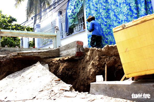 Nhà mới xây tránh sạt lở tiếp tục bị hàm ếch gây nứt - Ảnh 1.