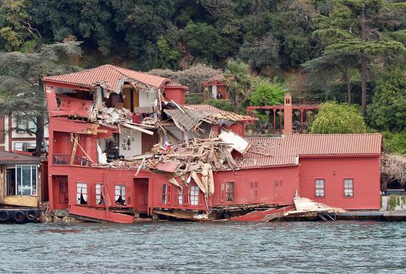 Choáng với cảnh tàu hàng đâm nát biệt thự cổ giá triệu đô - Ảnh 3.