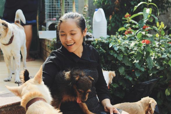 Cô gái 9X làm mẹ của hơn 100 chó mèo hoang - Ảnh 1.