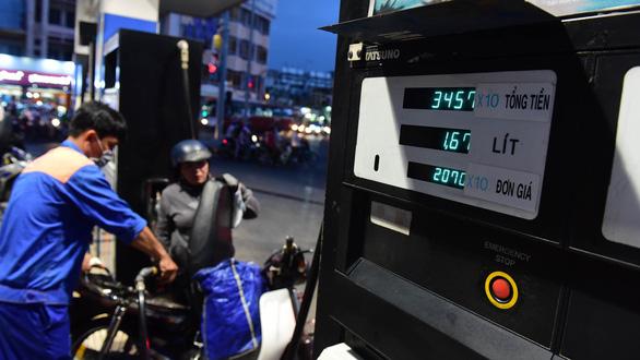 Giá xăng tăng đe dọa lạm phát - Ảnh 1.