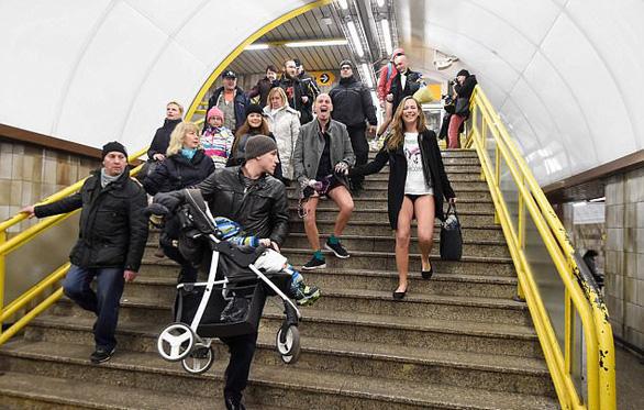 Nam thanh nữ tú diện quần lót đi tàu điện cho vui - Ảnh 4.