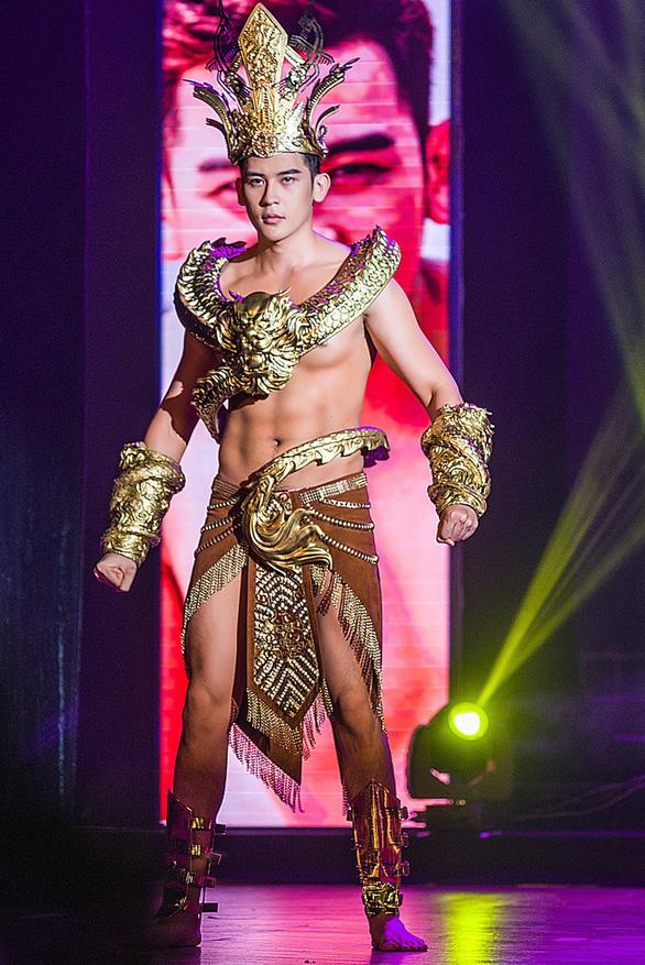 Trang phục dân tộc hơn 40 ký khiến Minh Trung dừng ở top 5 - Ảnh 7.