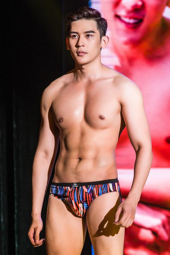 Trang phục dân tộc hơn 40 ký khiến Minh Trung dừng ở top 5 - Ảnh 5.