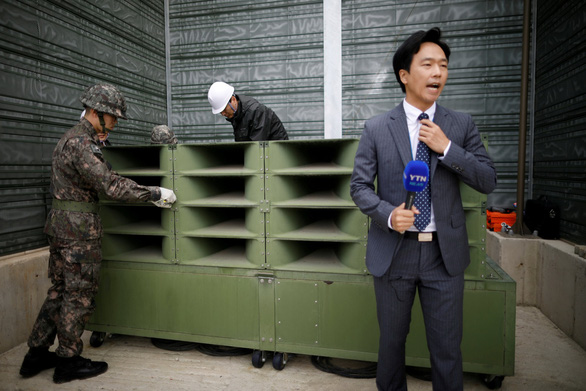 Hình ảnh dỡ bỏ dàn loa tuyên truyền của Hàn Quốc - Ảnh 2.