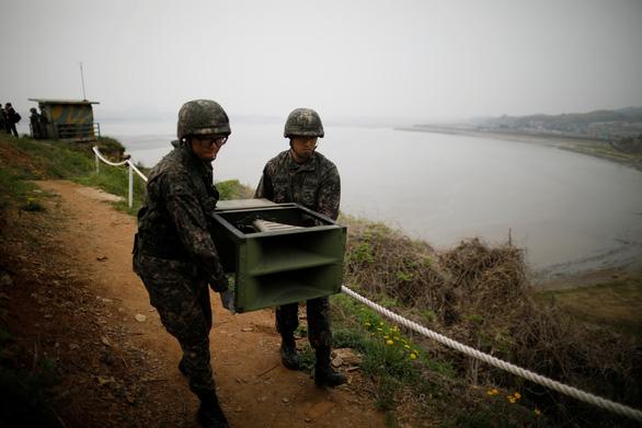 Hình ảnh dỡ bỏ dàn loa tuyên truyền của Hàn Quốc - Ảnh 3.