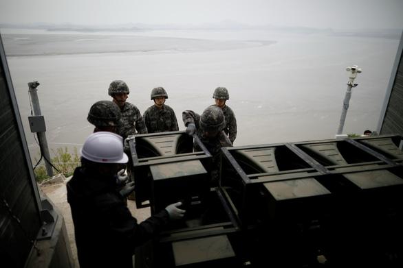 Hình ảnh dỡ bỏ dàn loa tuyên truyền của Hàn Quốc - Ảnh 6.
