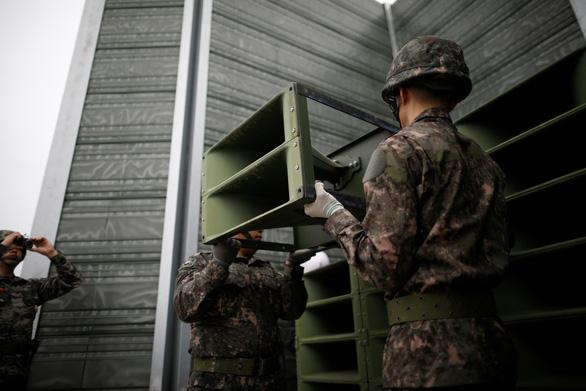Hình ảnh dỡ bỏ dàn loa tuyên truyền của Hàn Quốc - Ảnh 1.