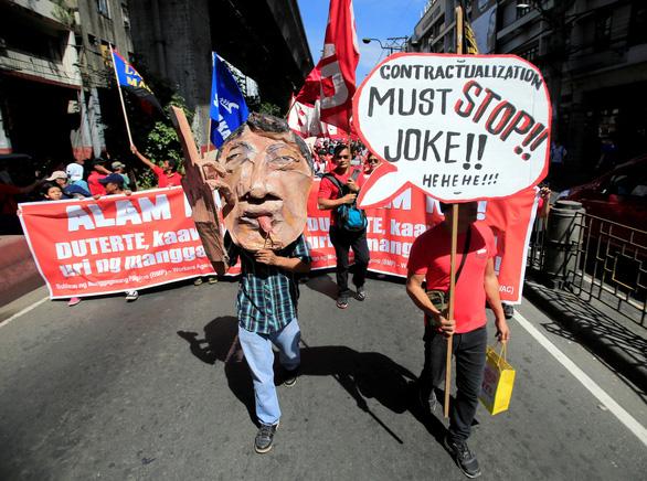 Dân Philippines xuống đường đòi tổng thống Duterte giữ lời hứa - Ảnh 1.