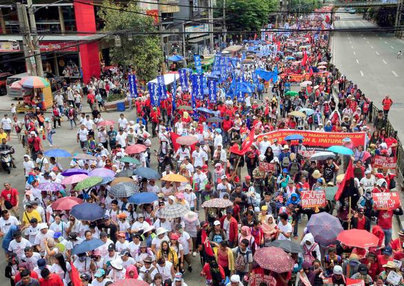 Dân Philippines xuống đường đòi tổng thống Duterte giữ lời hứa - Ảnh 2.