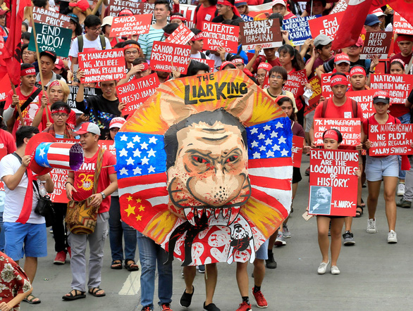 Dân Philippines xuống đường đòi tổng thống Duterte giữ lời hứa - Ảnh 3.
