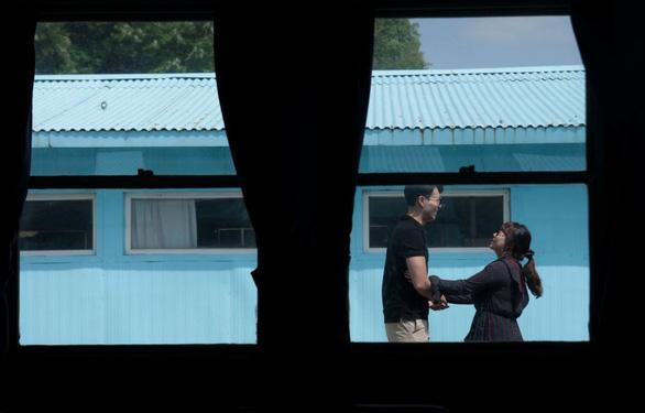 Cơn sốt bắt chước cú bắt tay Kim - Moon  gây sốt Hàn Quốc - Ảnh 5.