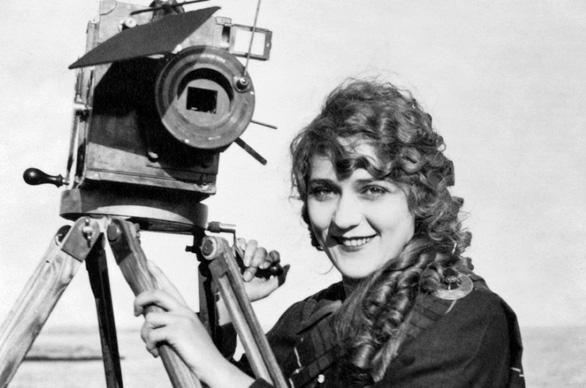 Người phụ nữ đầu tiên làm phim và góc khuất nữ quyền của Cannes - Ảnh 2.