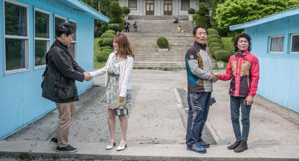 Cơn sốt bắt chước cú bắt tay Kim - Moon  gây sốt Hàn Quốc - Ảnh 4.