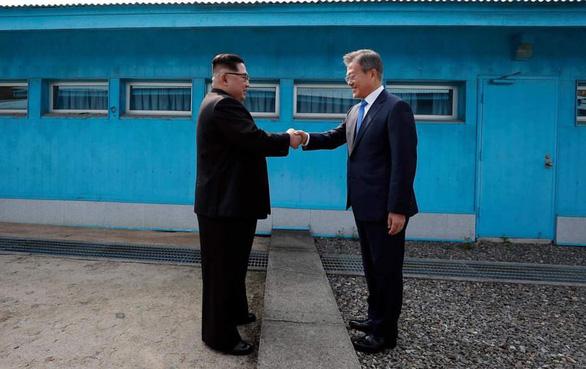 Cơn sốt bắt chước cú bắt tay Kim - Moon  gây sốt Hàn Quốc - Ảnh 2.