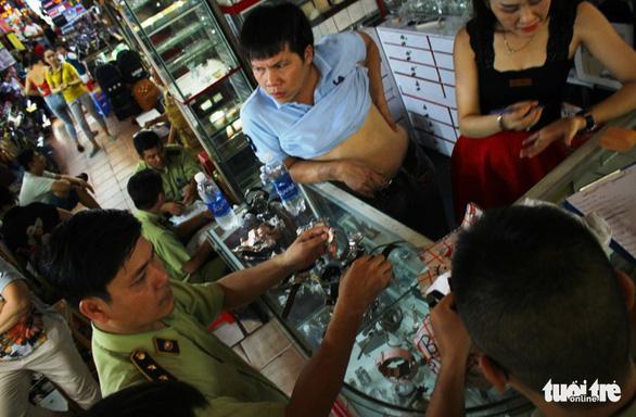 Phát hiện lượng lớn đồng hồ, mắt kính... giả tại chợ Bến Thành - Ảnh 3.