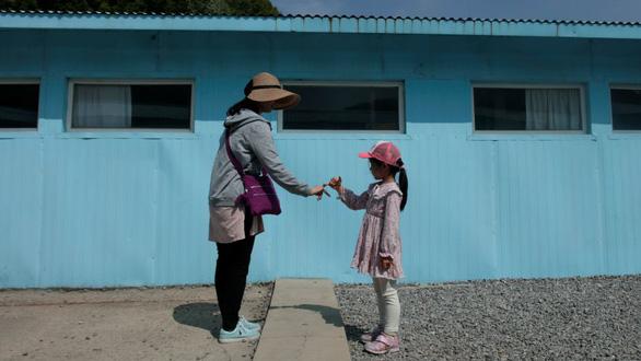 Cơn sốt bắt chước cú bắt tay Kim - Moon  gây sốt Hàn Quốc - Ảnh 3.
