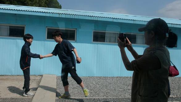 Cơn sốt bắt chước cú bắt tay Kim - Moon  gây sốt Hàn Quốc - Ảnh 1.
