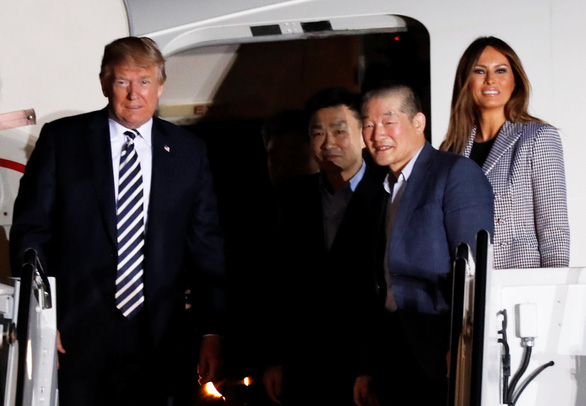 Vợ chồng ông Trump ra đón tù nhân Mỹ từ Triều Tiên trở về - Ảnh 1.