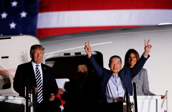 Vợ chồng ông Trump ra đón tù nhân Mỹ từ Triều Tiên trở về - Ảnh 2.