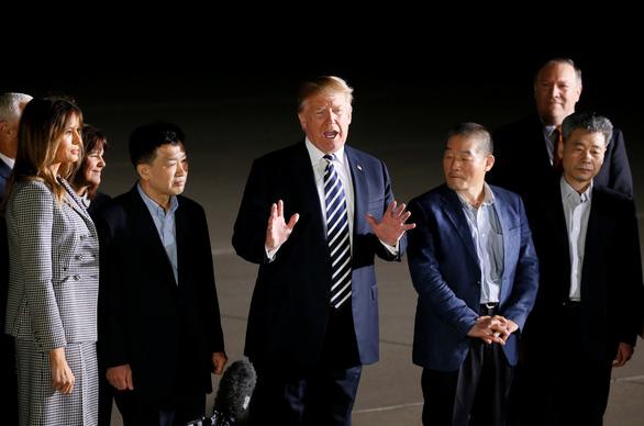 Vợ chồng ông Trump ra đón tù nhân Mỹ từ Triều Tiên trở về - Ảnh 3.