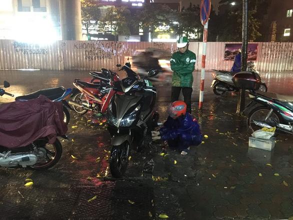 Đường phố Hà Nội ngập nặng sau trận mưa lớn nhất từ đầu năm - Ảnh 12.