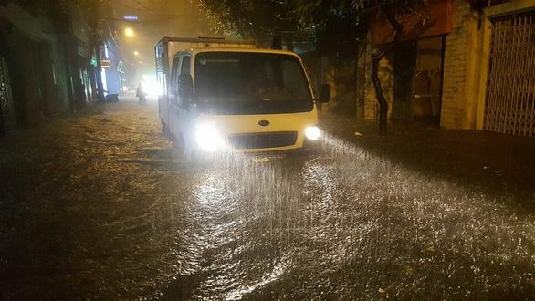 Đường phố Hà Nội ngập nặng sau trận mưa lớn nhất từ đầu năm - Ảnh 3.