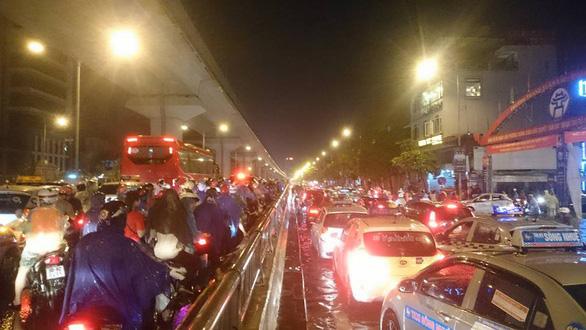 Đường phố Hà Nội ngập nặng sau trận mưa lớn nhất từ đầu năm - Ảnh 15.