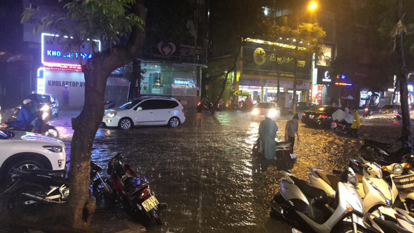 Đường phố Hà Nội ngập nặng sau trận mưa lớn nhất từ đầu năm - Ảnh 11.